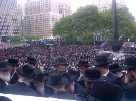 tens of thousands of Jews demonstrating against the attack on Gaza