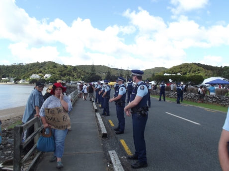 On the left the people from Ngati Maniapoto. On the right policemen looking silly.