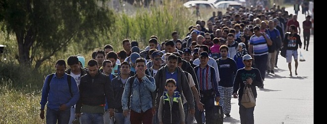 2914EBB300000578-3100743-Migrants_Hundreds_of_men_women_and_children_make_their_way_to_te-a-16_1432813914603